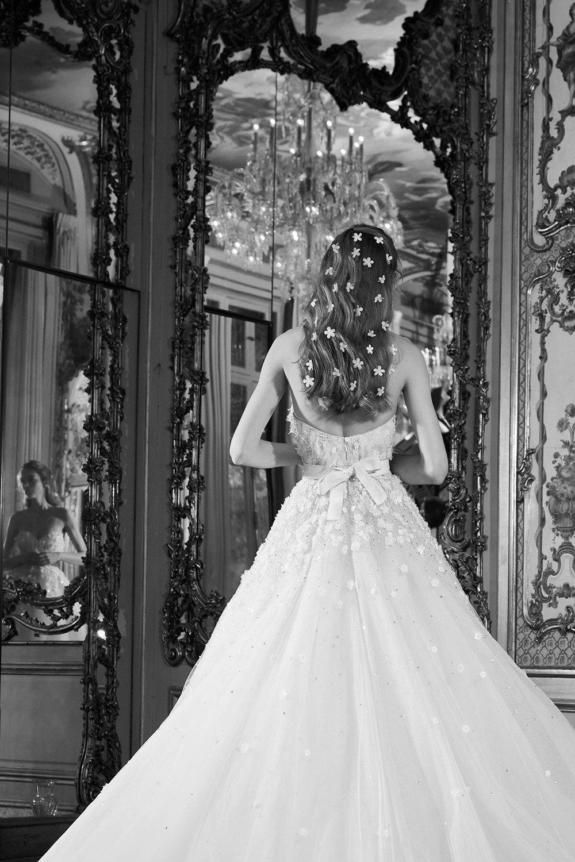6ebf76e7a9cb1 مجلة زهرة السوسن - صور فساتين زفاف من الخلف من مجموعات ربيع 2019 ...