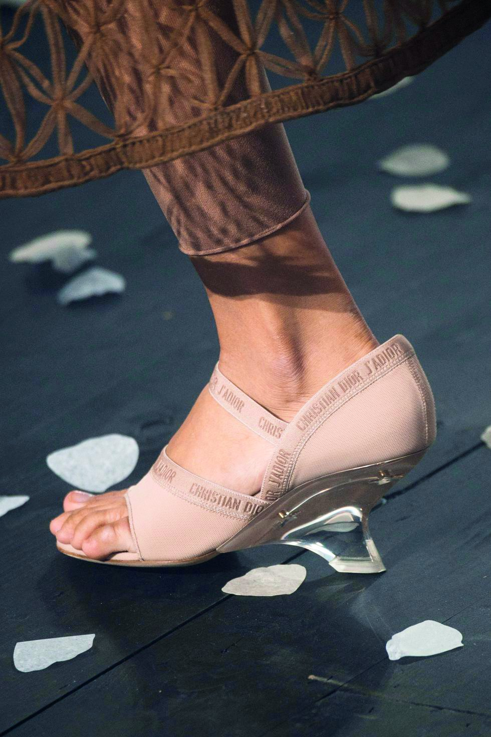 8d806c1a0 مجلة زهرة السوسن - الأشكال المبتكرة لكعب الحذاء... ستجعلكِ مواكبة ...