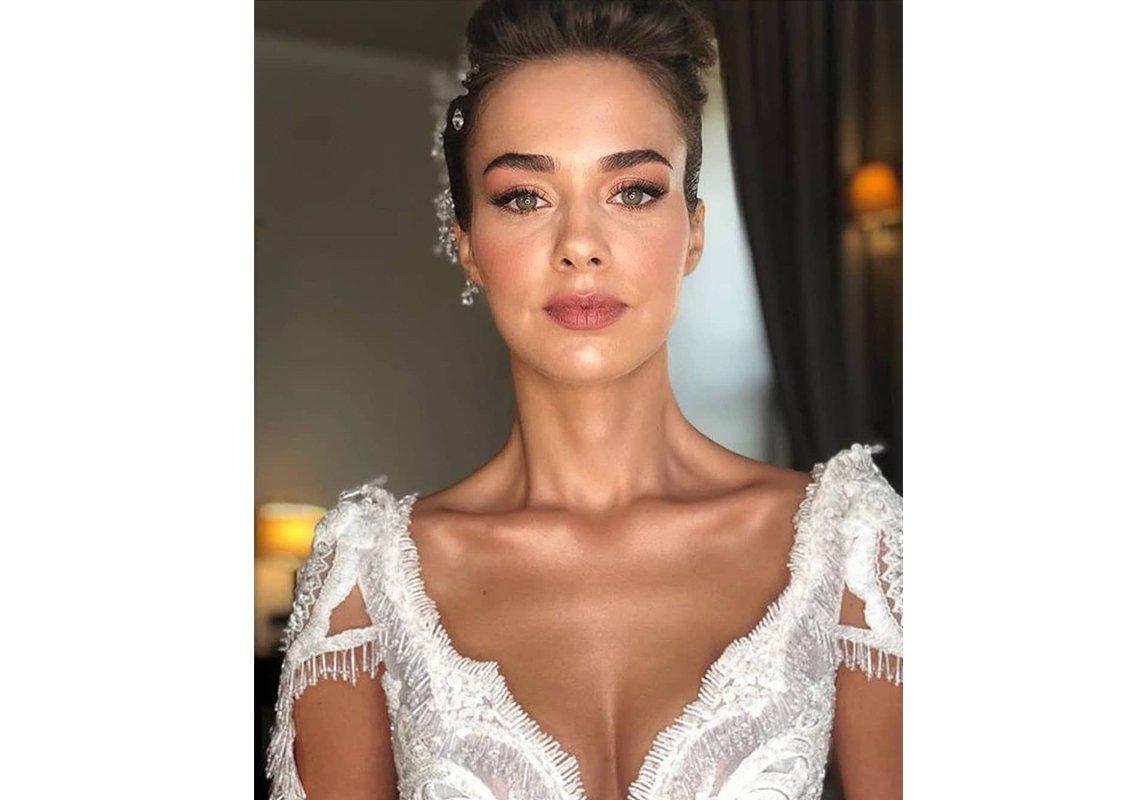 85c0b49963bc4 مجلة زهرة السوسن - صور حفل زفاف الممثلة التركية Bensu Soral  ثلاث ...