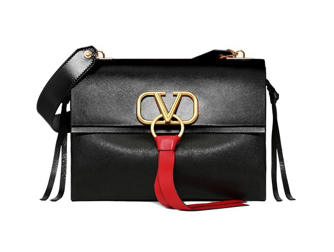 425bb6e658078 لمحبّات الحقائب الكلاسيكية ذات لمسة عصرية، لكِ حقيبة V Ring من Valentino