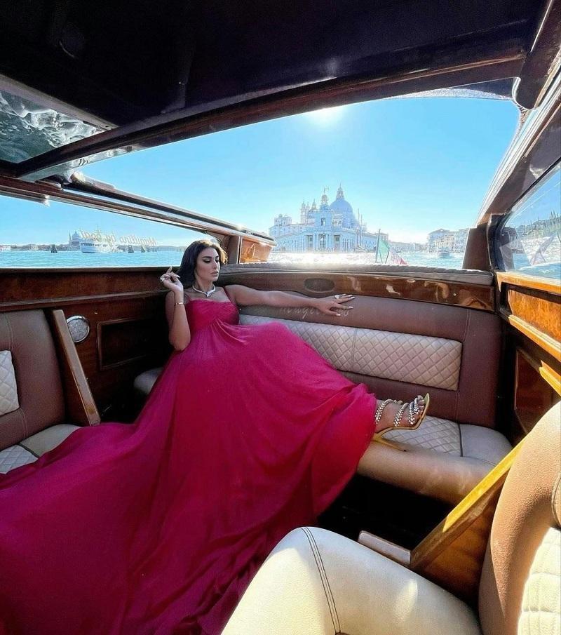 ياسمين صبري على متن يخت فاخر في فينسيا
